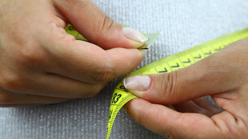 Personne mesurant sa ligne de déchets