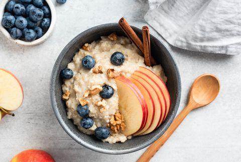 porridge de flocons d'avoine avec pomme, cannelle et myrtilles